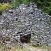 Zerfallener Stall - das Schiksal vieler Alpbauten im Val Cramosino