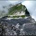 Graustock, auf dem Gipfel. Blick hinunter zum Fikengrat (Bildmitte rechts) und zu den Karrenfeldern die es von dort zu queren gilt).