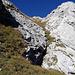 Im Abstieg (rechts des Einschnitts) von der Rossmad zum Wanderweg Richtung Wagenlücke.
