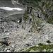 Soredapass, Blick die Geröllhalde hinunter. Was Steinschläge angeht, praktischerweise zweigeteilt, man quert unter der Felsformation (Bildmitte) nach rechts.