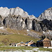 Alp Tschingla vor den Südwänden von Schibenstoll und Hinterrugg
