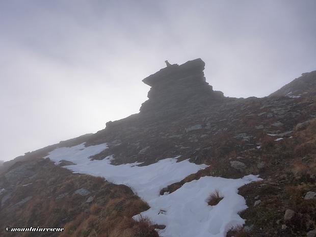 Das Pölseckjoch ist erreicht - Luca bei seiner Lieblingsbeschäftigung - dem Klettern!