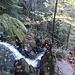 ...kaskadenartig 220 Meter tief in zahlreichen Fallstufen von bis zu 7 m Höhe hinunter. Obacht auf dem Brückerl....