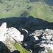 Tiefblick vom Girenspitz über die Flanke runter zu den Siebenhütten, dazwischen die Chammhalden und rechts die Potersalp