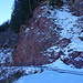 Bemerkenswertes rotes Gestein neben unserem Aufstiegsweg