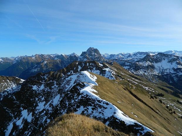 ... sieht man Bergwelt pur :)
