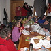 un folto gruppo di giovani escursionisti italiani (forse un pulman) viene invitato ad entrare