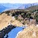 La vista dal Sasso Guidà con l'escursionista svizzero appena incontrato che scende lungo la costa.