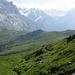 Abstieg Richtung Scheidegg Oberläger im Hintergrund die Passstrasse zur Grossen Scheidegg
