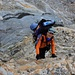 André steigt über die glatten Felsplatten oberhalb vom Mittelaletschgletscher. Einfacher wäre es gewesen über den Gletscher in einem grossen Bogen um die Abbrüche herum zum Mittelaletschbiwak zu gelangen.