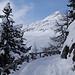 unterwegs auf dem verschneiten Alpweg mit Blick zum Piz Padella