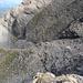 """... und der Blick während des Aufstiegs zurück - in der """"Felsrinne"""" verläuft der Weg."""