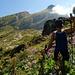 [u Gargamel] kämpft sich durch unwegsames Gelände, dahinter (rot) die Auf- und (gelb) die Abstiegsroute am Zuestoll 2235m