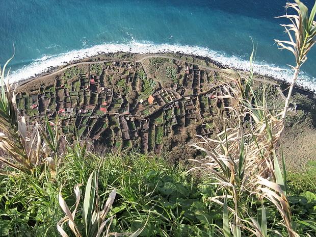 Keine archäologische Ausgrabung, sondern mit Schilf eingefriedete Pflanzgärten am Meer, vom Miradouro aus gesehen
