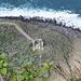 Im Zoom: die Talstation des Luftseilbähnchens und ein Bähnchen unterwegs