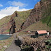 Ein gepflästerter Küstenweg führt rund 1 km dem Meer entlang