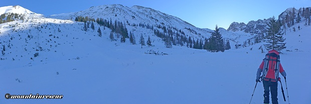 Während die Sonne schon die Bergspitzen erreicht hat, ist es im Tal noch eisig kalt