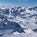 Blick hinab zum Schigebiet, der 2. Gipfel ganz rechts oben ist das Zuckerhütl (3.507m), links davon der Wilde Pfaff (3.456m)