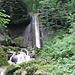 ...entlang eines wunderschönen Wasserfalles.