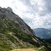 Viele Latschen, wenig Felsen....Ganz oben am Gipfelaufbau helfen noch zwei Drahtseile hinauf zum Gipfelkreuz.