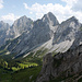 Von links nach rechts: Gehrenspitze, Kellenspitze, Gimpel und Rote Flüh. Vom latschenbewachsenen Schartschrofen (rechts in der Sonne) führt der Friedberger Klettersteig hinab in die Gelbe Scharte.