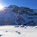 Die ersten Sonnenstrahlen erreichen die Skihütte Obererbs.