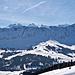 Hinter dem Brienzergrat wachsen die Berner Alpen in die Höhe