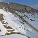Aufnahme vom Chammegg. Wenn viel Neuschnee gefallen ist, ist bei der Querung unter dem Guscha Vorsicht geboten.
