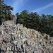 Kuzov - Unweit des südlichen der beiden Gipfel, welcher im Hintergrund zu erkennen ist. Grundsätzlich sollte man hier, wenn überhaupt, sehr vorsichtig unterwegs sein, insbesondere auch wegen der vielen seltenen Pflanzen auf den Felsen. Noch sind diese allerdings in der Vegetationsruhe.