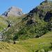 Der klotzige Gipfel ist der Monte Dela, rechts am Hang das Bivacco