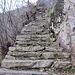 auf dem letzten Stück die steinerne Treppe