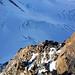 Tiefblick auf die sonnendurchflutete Cresta Rei auf den Grenzgletscher. Dort unten stapft gerade (?) [U Sputnik] durchs Bild, gut getarnt sind andere Kletterer auf der Rippe zu sehen.