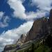 Von den Wolken umspielt Dolomitenwände. Der Gipfel in der Mitte heisst – wen wundert's – Rote Wand