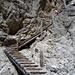 Sauber konstruierte Holztreppe beim Abstieg vom Tschagerpass