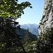 Im Anstieg zum Sattel zwischen dem Chalberstöckli und dem Grossen Mythen, welcher jäh in die Höhe ragt. Im Hintergrund der Blüemberg und der Chaiserstock.