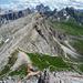 Tiefblick vom Averau – der Wanderweg auf den Nuvolau ist gut frequentiert