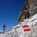 Rot-weiss – Wanderweg unter den jähen Südwänden der Tofana da Rozes
