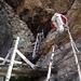 Auf dem Weg ins Tunnel – zum Glück hat [U sglider] nicht die alte, schon ziemlich zerfallene Treppe für den Aufstieg gewählt