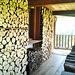 Ordine perfetto per questa legna in una casa di Rabernardo, i ciocchi portano persino la data.
