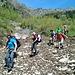 Federico, Mauro, Giovanni, Nadia, Daniele e Cristian impegnati nel superamento dei residui di una grossa valanga lungo il percorso.