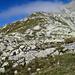 Aufstieg Richtung Piz Greina. Man muss den Weg durch die zahlreichen Felsbändchen und -wändchen sowie entlang teilweise tief eingefressener Bergbäche etwas vorausschauend planen.