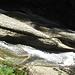 das Wasser schießt über Felsplatten runter ...