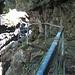 der Weg führt eng am Fels entlang