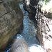 links oben der schmale Weg am Felsen entlang