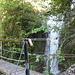 kurz vor der Brücke noch über einen Steg und an einigen Wasserfällen entlang