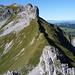 Auf dem Gipfel der Tällen mit Blick auf den Grat und die Nordaufschwünge zum Strick