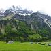 Grau-in-Grau - bedeckt zeigen sich die Felsbastionen im Lechquellengebirge...