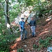 """bei Makubus """"Zig"""" P950. Hinten führt der Wanderweg weiter. Vor den zwei strammen Männern beginnt der """"[u Makubu] Trail"""""""