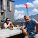 Ich und Silvia auf der Terrasse der Topalihütte, die wirklich viel mehr Gäste verdient hätte...