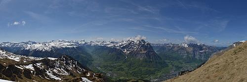 [http://f.hikr.org/files/1752177.jpg Panorama] kurz vor dem Gipfel. Im Tal schon saftiges Grün im Kontrast mit dem Schnee in der Höhe.